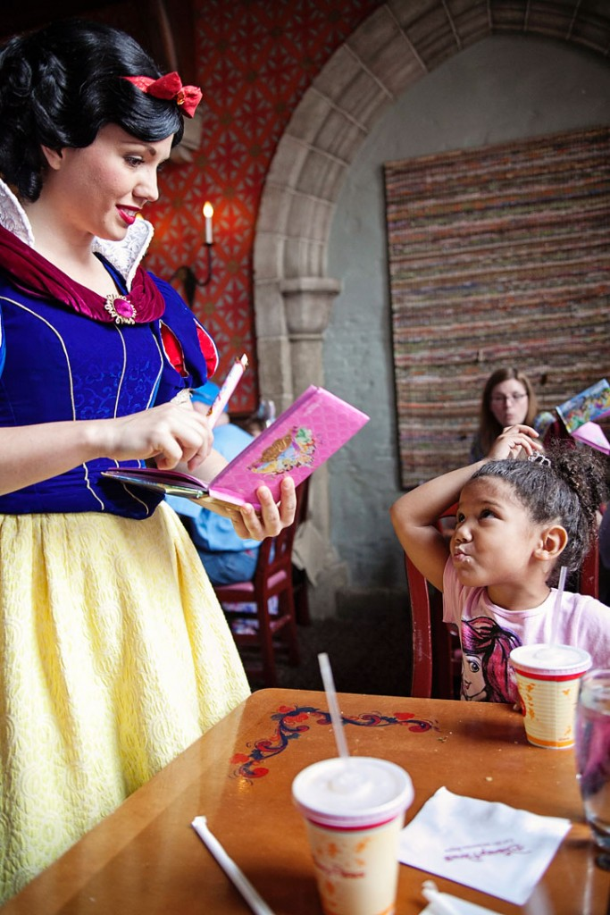 Interacting with Snow White at Disney World. 13 tips to planning a Disney World vacation without all the stress! love these tips. #5 is great!