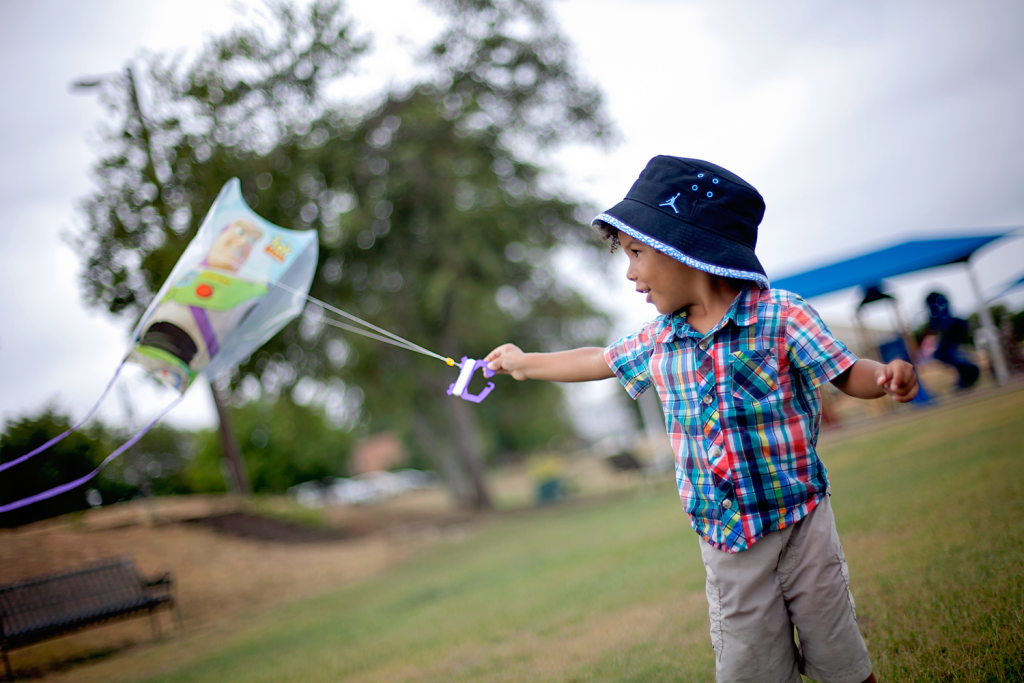 how to photograph kids in motion: photographing active kids flying a kite